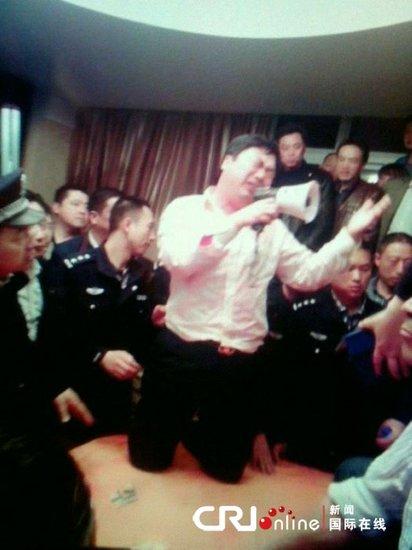 江苏泰州官员吃豪餐遭围堵 书记跪桌喊话求饶