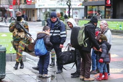 巴黎恐袭一凶犯被怀疑临阵退出 目前仍在逃