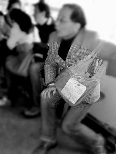 六旬老翁自称教授征婚 要求女方不超38岁(图)