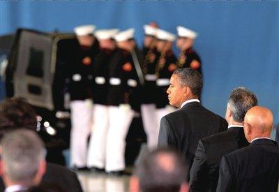 14日,奥巴马迎接4名遇难美国外交官遗骸回国。图/东方IC