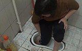 女子脚卡厕所坑口 消防员用食用油润滑施救