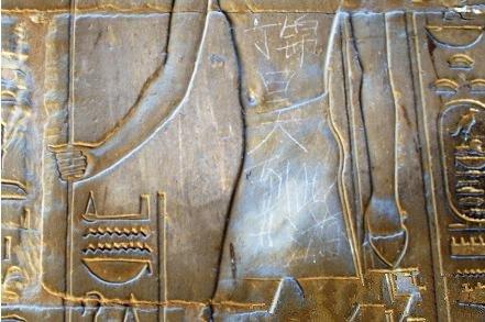 """埃及卢克索神庙被中国游客刻上""""到此一游"""""""