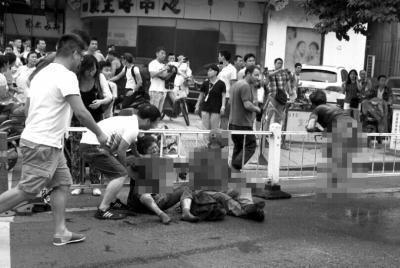 杭州公交燃烧致30伤 目击者称有人在车内倒东西