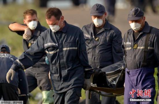 乌克兰称在MH17坠机事故现场又找到27具遗体