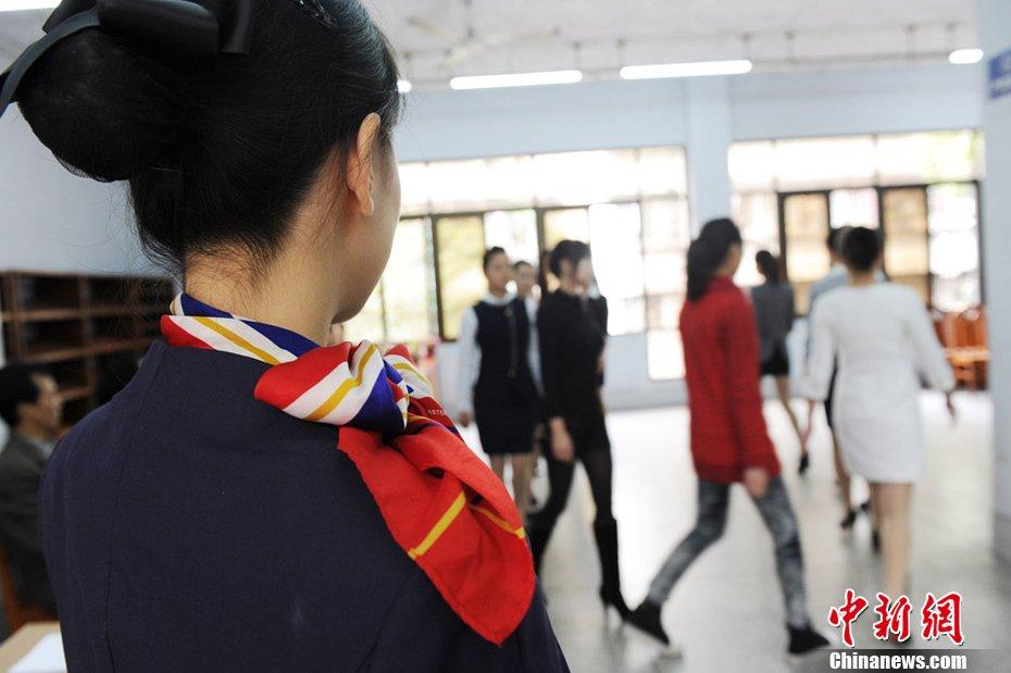 东航招聘30名空乘千余美女踊跃竞聘图片