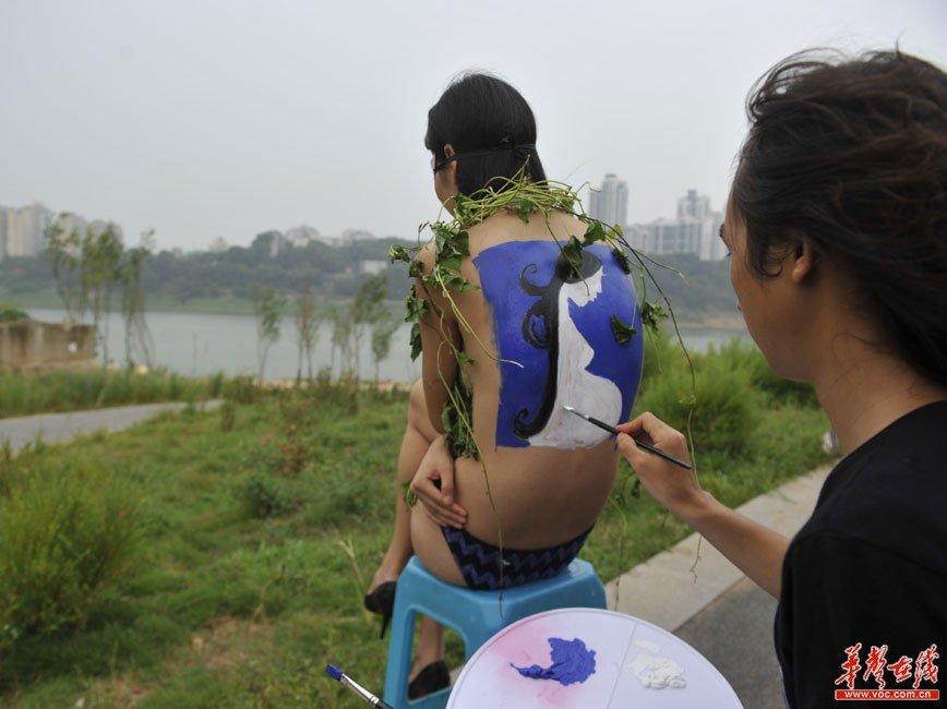 妈妈与儿子乱轮人体艺术_艺术家画人体彩绘呼吁保护湘江引发争议