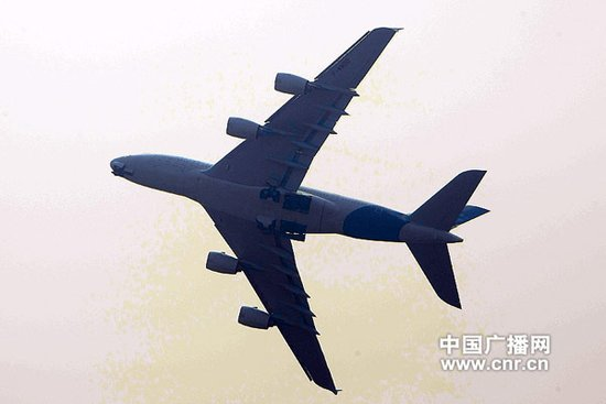 """""""空中堡垒""""空客A380在珠海航展上进行飞行表演(中广网记者邱翔 摄)"""