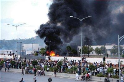 14日,突尼斯示威者在美国使馆门前举行示威。图/东方IC