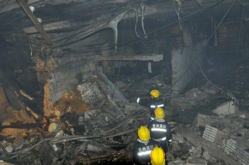 12月5日,消防队员进入爆炸事故现场。新华社发(陈沛亮 摄)