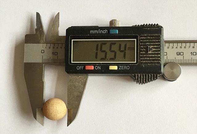 英国女孩发现世界最小鸡蛋 长度仅1.55厘米(组图)