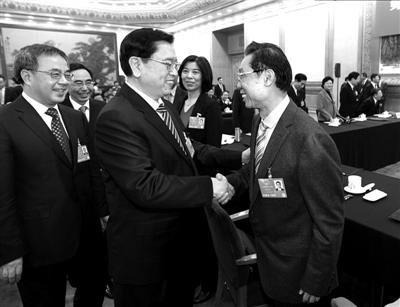 3月8日,张德江在广东代表团与钟南山代表握手。新华社发