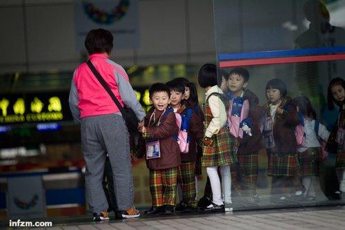 """为了让孩子从""""香港中国人""""转回""""内地中国人"""""""