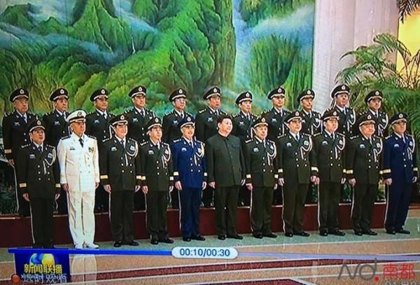 习近平和中央军委委员与陆军领导班子成员合影留念,其中第二排为陆军领导班子成员。央视画面截图