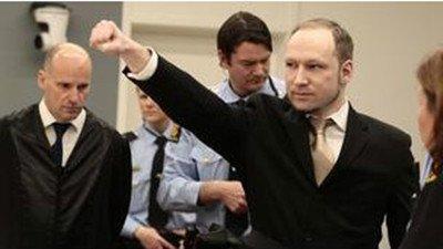 布雷维克在法庭上摆出极右主义手势资料图