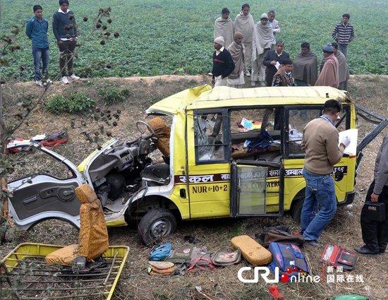印度超载校车与逆行卡车相撞 11人遇难20人伤