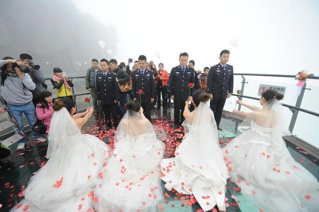 组图:四川广元4名女子集体向刑警男友求婚