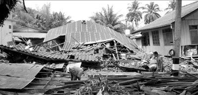 缅甸地震云南7县(市)民众受灾 师生球场过夜