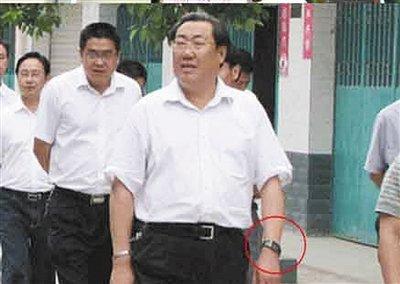 陕西安监局长称车祸现场微笑是让工作人员放松