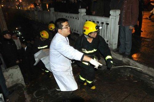 12月5日,救援人员在现场施救。新华社发(陈沛亮 摄)
