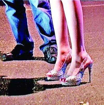 女孩穿17cm高跟鞋开车翻车 1年4次车祸都没受伤