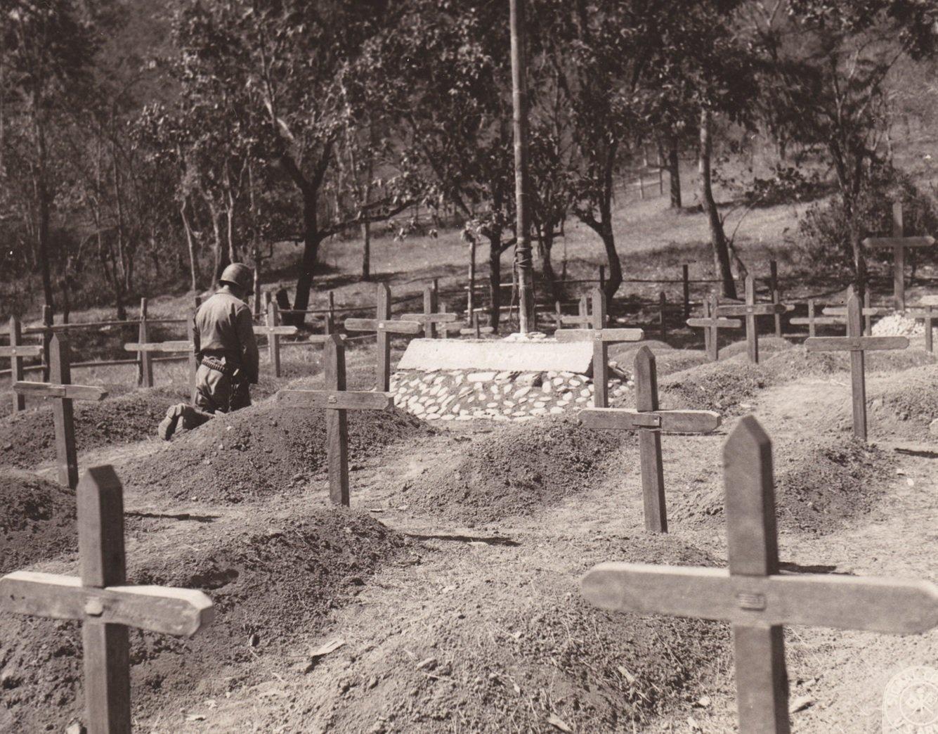 一位祈祷者跪立在牺牲了的战友的墓前默哀。这座公墓是为在争夺滇缅公路控制权的战斗中牺牲的美军士兵而建的。科尔盖特拍摄于缅甸罗素,1945年8月2日。