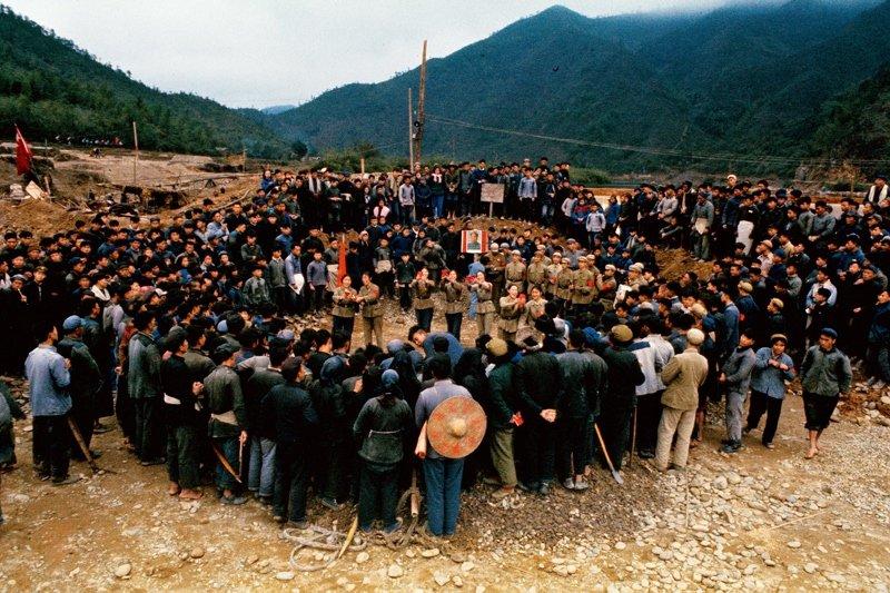 1966年,串联学生在水利工地上向农民宣传毛泽东思想。