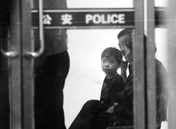 北京地铁疑似被拐小孩找到 警方正调查同行男女