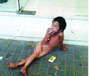高清图—南京新模范马路地铁站中央路 女童赤身抽烟乞讨
