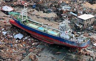 日本海啸将轮船冲上海岸