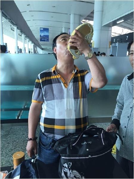 兄弟携壮阳酒过安检被拒 不愿扔掉欲全部喝下