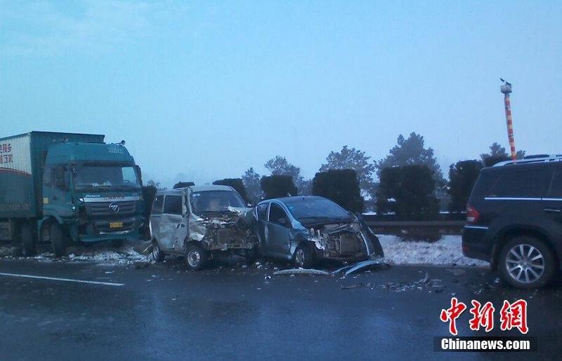 沪昆高速路面结冰致多起车祸 至少4人死亡