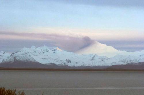 阿拉斯加州最活跃火山喷发积雪变黑飘浓烟(图)