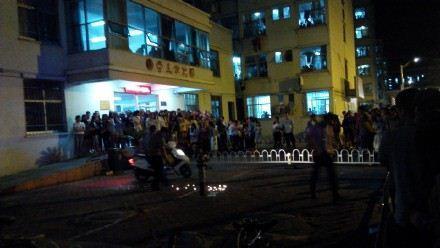 河南大学生520表白被保安带走 学生围攻警务科