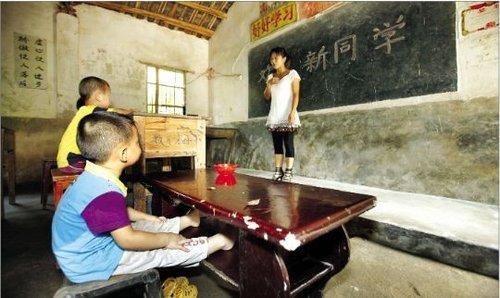 湖北3000名农村学生自带课桌上学(组图)