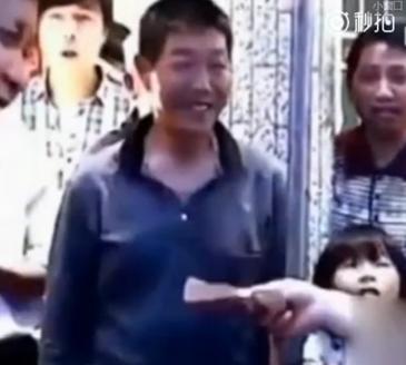 """新闻哥吐槽:太愚昧!夫妻15年连生8个女儿,称""""男孩才是继承香火之人""""图片"""