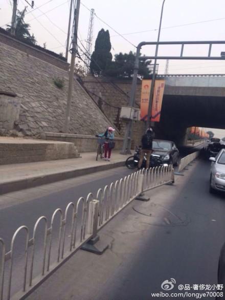 北京一老外以身拦轿车 拒绝其上非机动车道