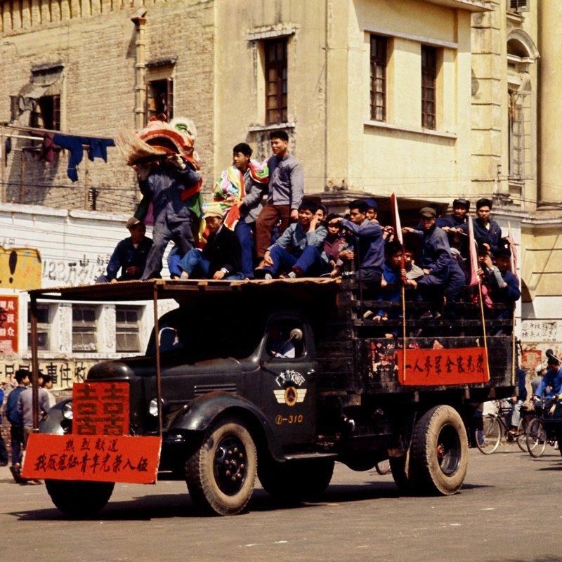 1968年,广东珠江工厂送青年工人参军。