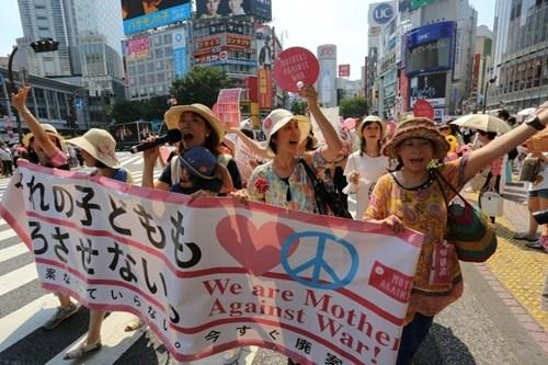 日本母亲推婴儿车游行 万余人签名抗议新安保法
