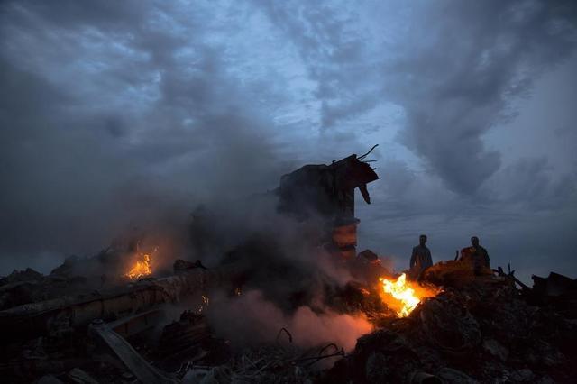 马来西亚一架载298人客机在靠近俄罗斯的乌克兰边境地区坠毁