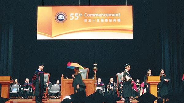 支持占中学生撑黄伞参加毕业礼 校长拒颁毕业证