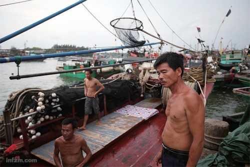 """""""自古行船半条命"""",潭门渔民世代相传这句话。海上的风浪、暗礁、海盗和冲突,对于绝大多数人只是新闻,对他们却是生活的一部分"""