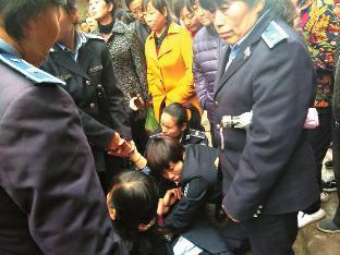 女商贩称遭多名女城管围殴 城管局:这是小事儿