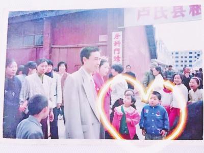 """新婚夫妇20年前曾在他人婚礼上""""合影"""",姻缘天注定!"""