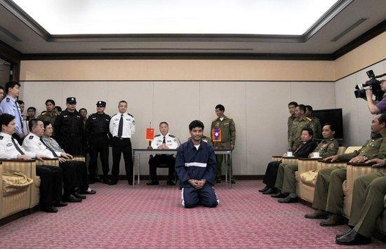 糯康下跪被指系老挝民俗 记者称显示其愧疚心情