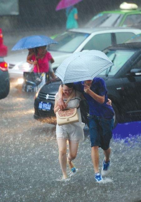 成都昨日暴雨4小时 雨量接近历史极值(图)