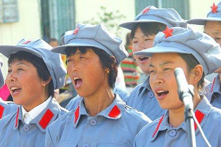 安徽农民穿红军服装歌颂党恩