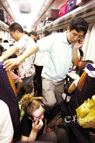 京沪特快列车仅剩一列 价格低乘客多挤如春运