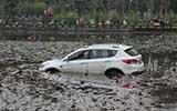 司机撞伤4人冲进水塘 路人跳水施救