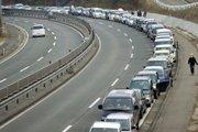 日本石油紧缺 车辆高速路上排队购油