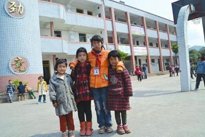 11岁女孩独自照顾82岁奶奶3个妹妹和2个患病叔伯